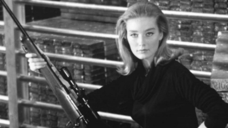 "Tania Mallet w filmie ""Goldfinger"""