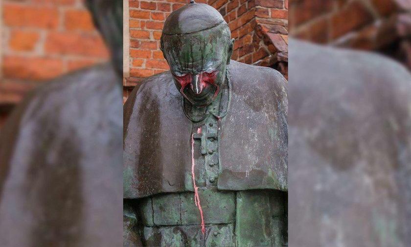 Szok w Starogardzie Gdańskim! Wandale zdewastowali pomnik papieża