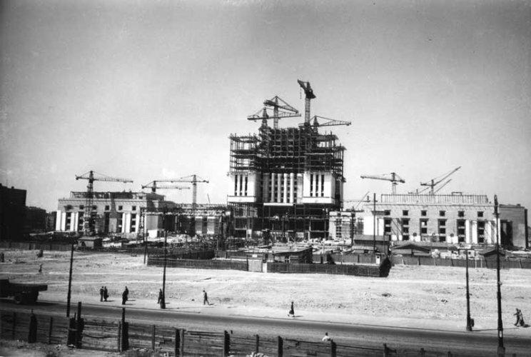 Przy budowie PKiN pracowało 3,5 tys. radzieckich robotników - 16 zginęło w trakcie prac