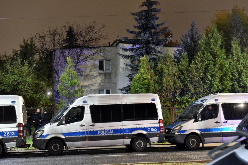 Wulgarne hasło na płocie Kaczyńskiego. Robią zrzutkę na prawników dla zawieszonych policjantów