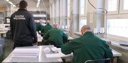Więźniowie szyją maseczki