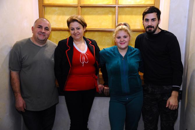Jovana sa mamom Snežanom, tatom Vladanom i bratom Markom