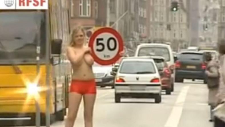 """Znaki z ograniczeniem prędkości trzymały roznegliżowane blondynki jako kontrole prędkości """"Speed Patrol Bikini Bandits""""."""
