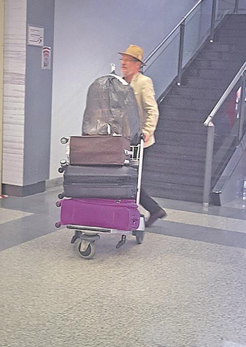 Kao da se SELI IZ SRBIJE: Suprug Isidore Bjelice izazvao veliku pažnju na aerodromu!