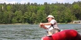Wałęsa na pontonie poluje na obiad?