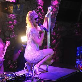Paris Hilton wygina się w klubie. Celebrytka postawiła też na koszmarną stylizację