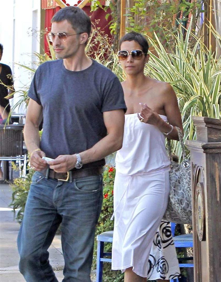Berry w białej sukience. Z córką! FOTO