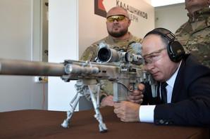 """Putin je posetio fabriku """"Kalašnjikov"""", dohvatio najnoviji model puške i ZAPUCAO! Evo koliko je dobro ciljao (FOTO, VIDEO)"""