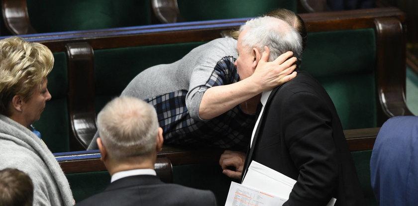 Czułe uściski Pawłowicz i Kaczyńskiego