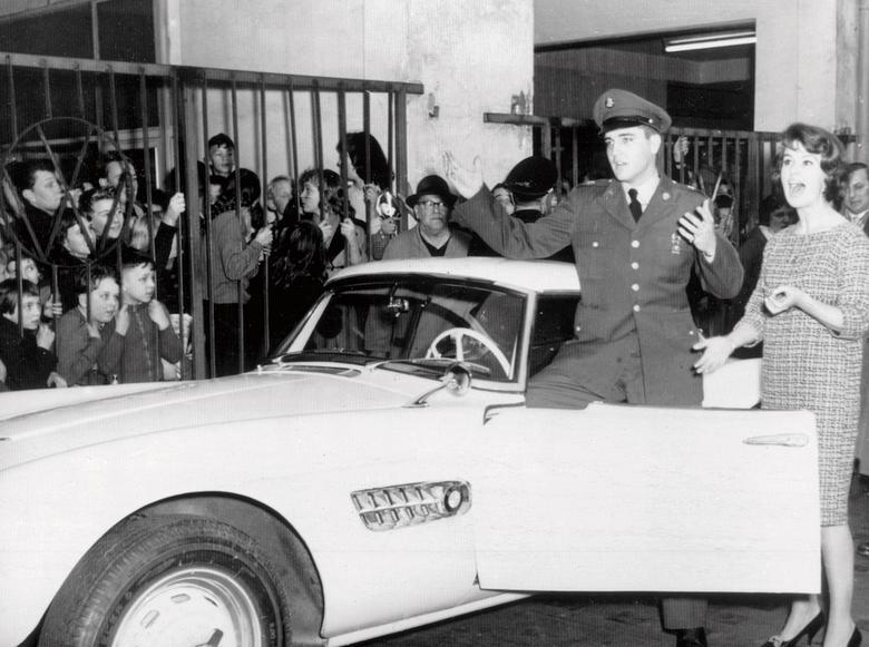 Elvis Presley przy swoim BMW 507