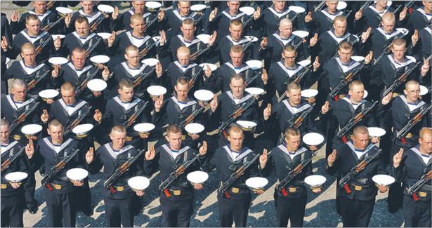 Nowe mundury mieli dostać żołnierze, policjanci i strażacy. Nie wiadomo, czy dostaną Fot. Artur Bissari/KFP