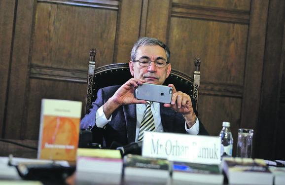 Orhan Pamuk fotografiše prisutne novinare u SANU