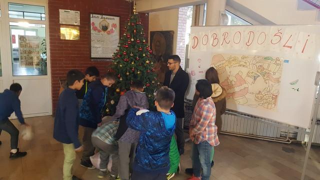 Davor Štefanek sa mališanima u Zvečanskoj