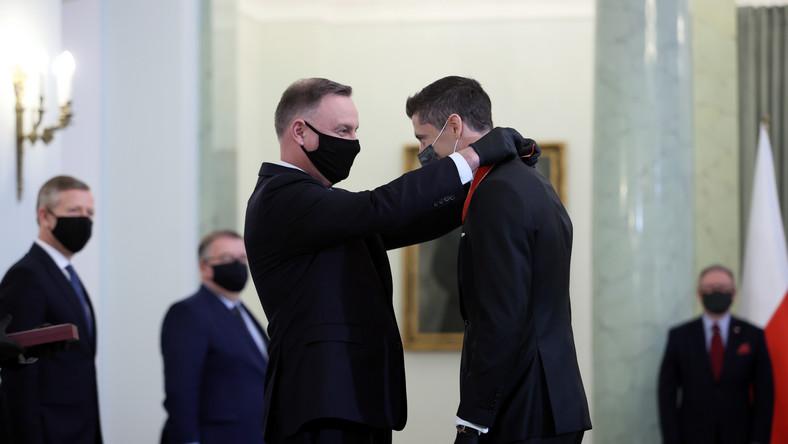 Prezydent Andrzej Duda (L) i Robert Lewandowski (P) podczas uroczystości wręczenia Krzyża Komandorskiego Orderu Odrodzenia Polski, w Pałacu Prezydenckim w Warszawie