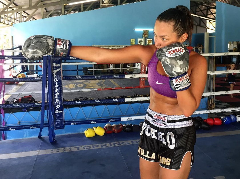 Piękna modelka zakochana w tajskim boksie