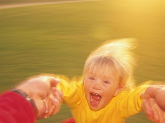Sva deca, kada se igraju, vole da se vrte ukrug! Da li je to opasno?