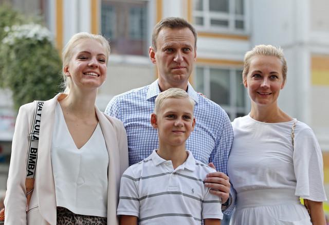 Aleksej Navaljni sa suprugom Julijom, ćerkom Darijom i sinom Zaharom u Moskvi 2019.