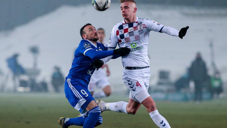 Piłkarz Górnika Zabrze Aleksander Paluszek (P) i Andrzej Prokic (L) ze Stali Mielec podczas meczu Ekstraklasy