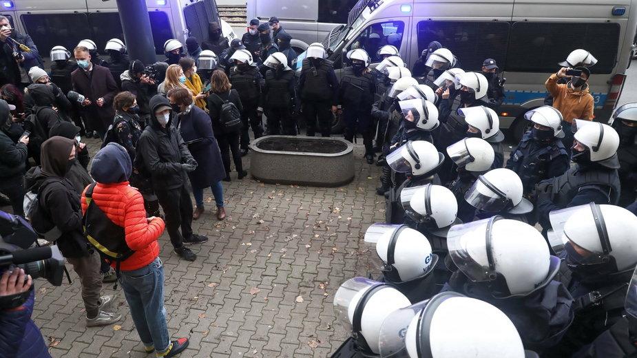 Policja i uczestnicy pikiety przed siedzibą Sądu Okręgowego w Warszawie