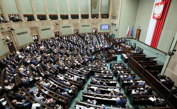 Za głosowało 221 posłów, przeciwko było 196, jeden wstrzymał się od głosu.