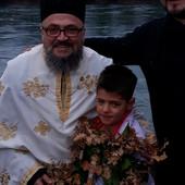 Dečak Pavle (8) prvi doplivao u LEDENOJ NERETVI do časnog krsta u Mostaru (FOTO)