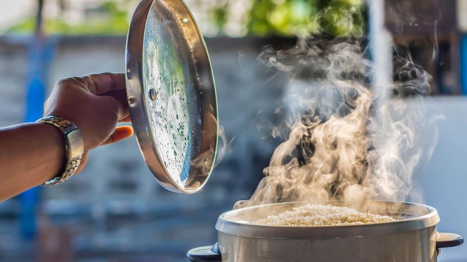 Jak gotować ryż? Dzięki tym urządzeniom i akcesoriom już nigdy go nie przypalisz