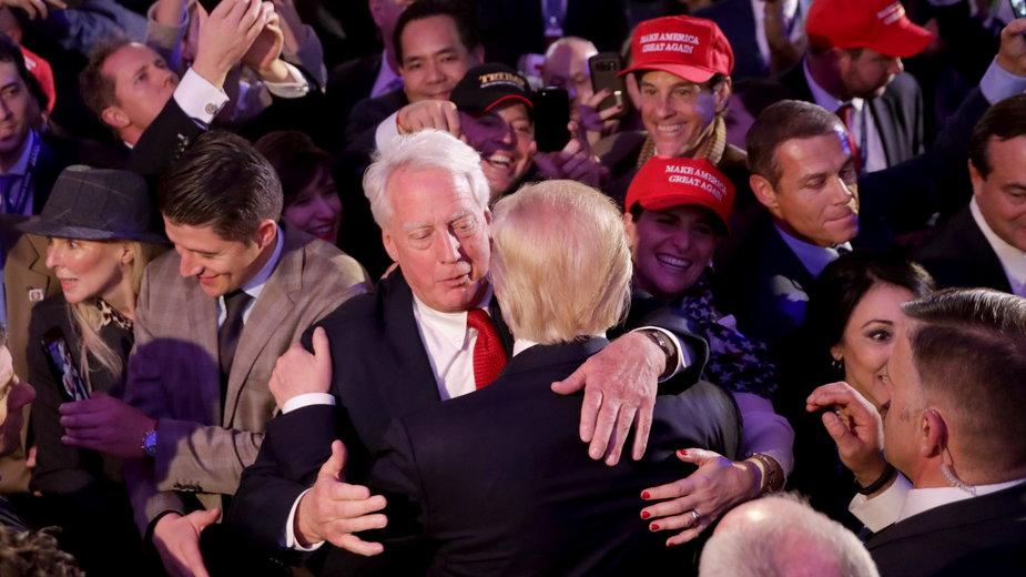 Robert Trump gratuluje bratu Donaldowi po jego przemówieniu w Nowym Jorku, 9 listopada 2016 r.