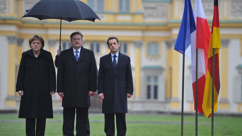 Jedno z najsłynniejszych zdjęć z czasów prezydentury Bronisława Komorowskiego, ze spotkania przywódców Trójkąta Weimarskiego w warszawskim Wilanowie w lutym 2011 roku. Widać na nim Angelę Merkel i polskiego prezydenta ukrytych pod parasolem oraz moknącego Nicolasa Sarkozy'ego. Kancelaria Prezydenta tłumaczyła potem, że francuski prezydent nie życzył sobie parasola nad głową