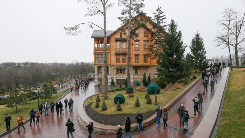 Pola golfowe, kolekcja zabytkowych obrazów i samochodów, przepych i bogactwo - to tylko niektóre rzeczy które zobaczyli Ukraińcy w Meżihiryju