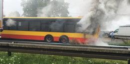 Ogień pod Warszawą. Spłonął autobus komunikacji miejskiej