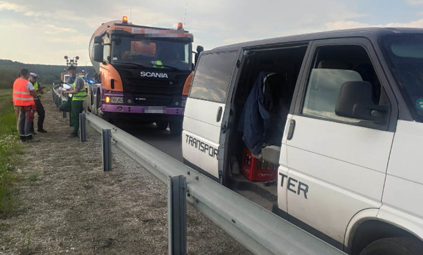 Agresywny kierowca peugeota wybił szybę w busie