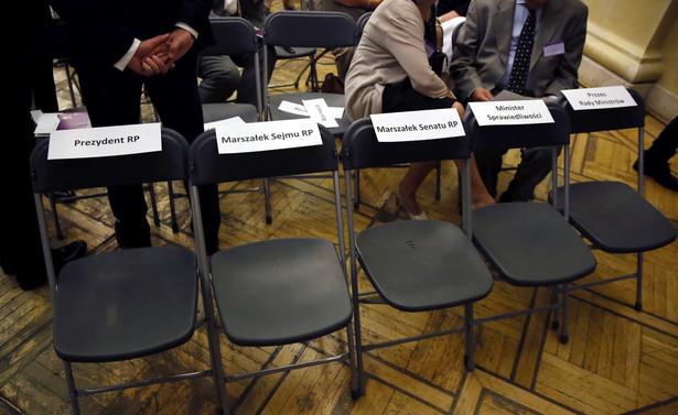 Puste krzesła przeznaczone dla prezydenta RP, marszałków Sejmu i Senatu, ministra sprawiedliwości oraz prezes Rady Ministrów, podczas Nadzwyczajnego Kongresu Sędziów Polskich
