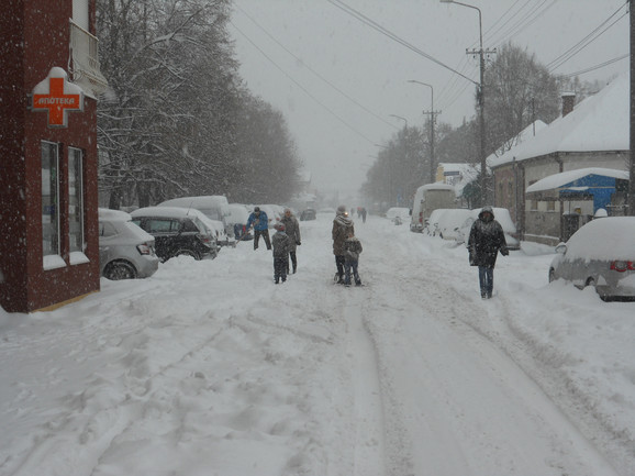 Pesaci hodaju kolovozom zbog neraščisćenih trotoara