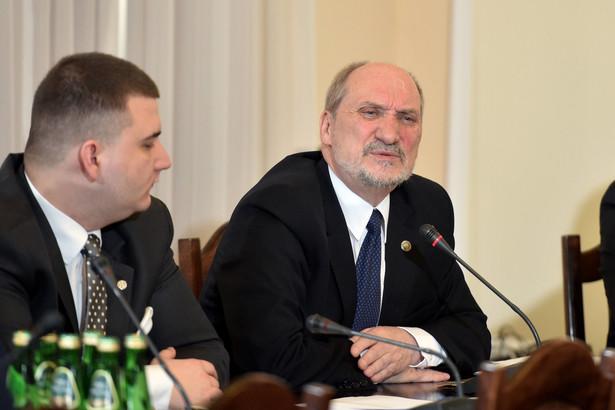 Prokuratura poinformowała, że prowadzi śledztwo w sprawie obietnic składanych przez pracownika gabinetu politycznego ministra obrony. Sprawa dotyczy doniesień prasowych na temat Bartłomieja Misiewicza