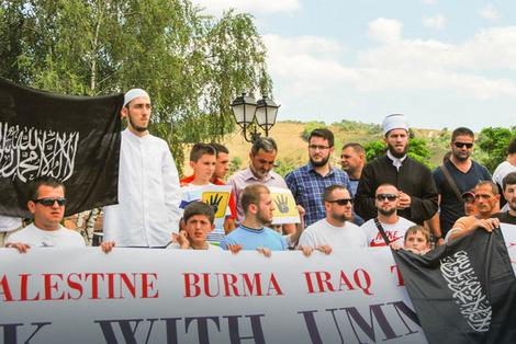 Par stotina pripadnika islamske veroispovesti mirno je prošetalo ulicama grada