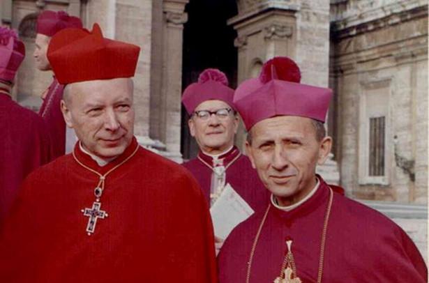 Kardynał Stefan Wyszyński (z lewej) i abp Antoni Baraniak w Rzymie w trakcie soboru watykańskiego II, fot. Roland von Bagratuni / Wikimedia Commons, lic. cc-by-sa