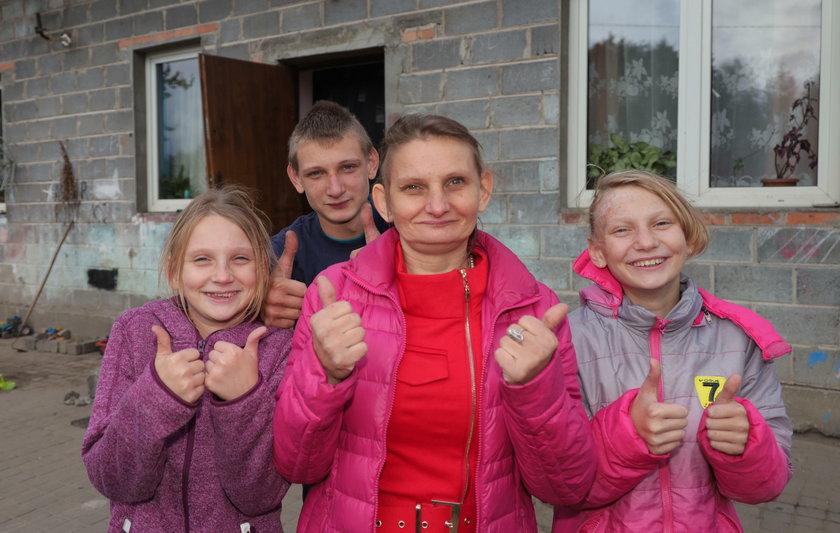 Na zdjęciu pani Magda z dziećmi