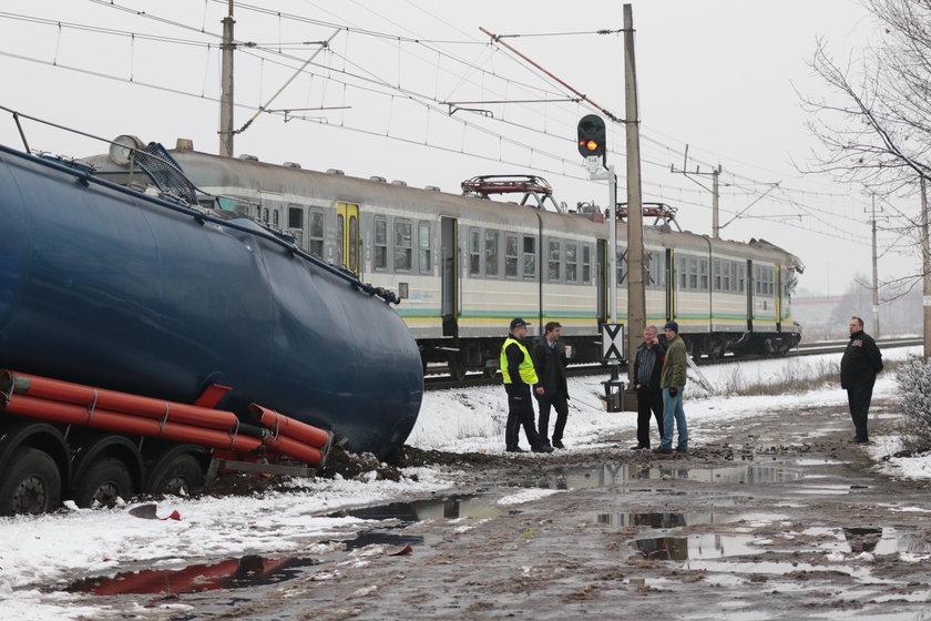 Wjechał pod pociąg cysterną. Usłyszał zarzut spowodowania katastrofy