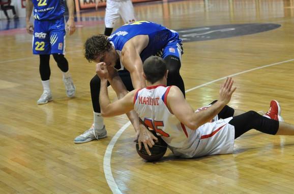 Borba za loptu Ivana Marinkovića i Marka Marinovića