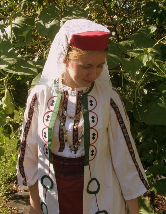 Maržo Bejli u srpskoj nošnji iz okoline Niša, koja, zapravo, nije iz okoline Niša jer su je sašili njene majka i sestra