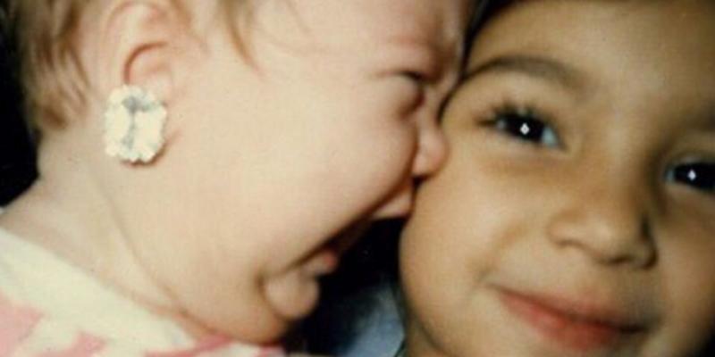 Kto pochwalił się tym uroczym zdjęciem z dzieciństwa? Nie zgadniecie!