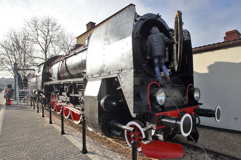 Łazy. Zabytkowy parowóz Ty45 przed dworcem kolejowym