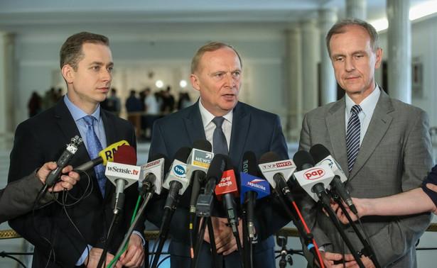 Bogdan Klich, Czesław Mroczek i Cezary Tomczyk podczas konferencji prasowej