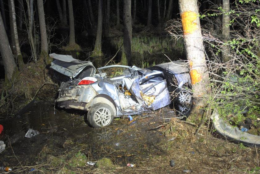 Samochód sie rozbił o drzewo