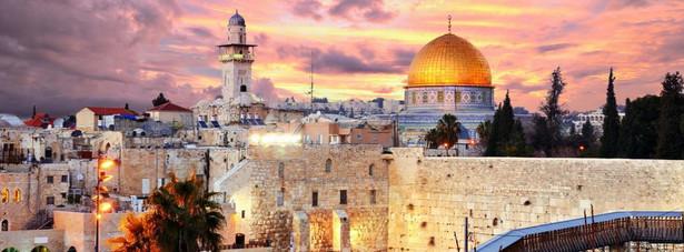 Ściana Płaczu - jedyna zachowana do dnia dzisiejszego pozostałość Świątyni Jerozolimskiej. W chwili obecnej jest to najświętsze miejsce judaizmu. Zachowane mury są fragmentem drugiej świątyni wybudowanej na wzgórzu Moria.