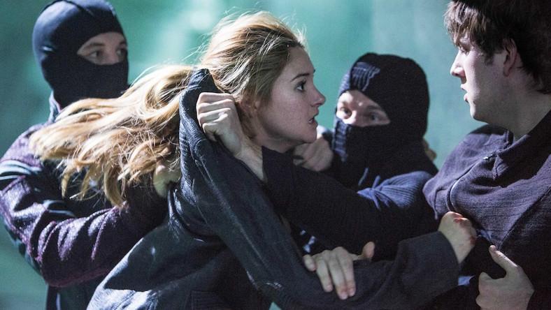 """Główną bohaterką """"Niezgodnej"""" jest szesnastoletnia Tris Prior, której przyszło dorastać w społeczeństwie podzielonym na pięć frakcji (Prawość, Altruizm, Nieustraszoność, Serdeczność, Erudycja) ze względu na ich cechy charakteru"""