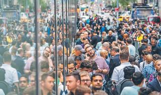 Zjechali z całej Polski, by stać kilka godzin w kolejce. Kim są osoby, które czekają pół nocy po najnowszego iPhone'a?