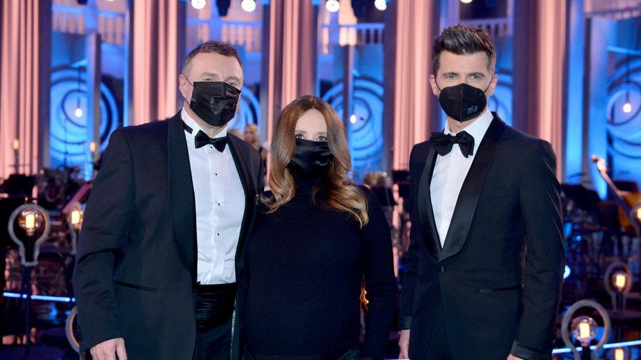 Tomasz Kamel i Jacek Kurski z żoną podczas koncertu Wielkanocnego TVP