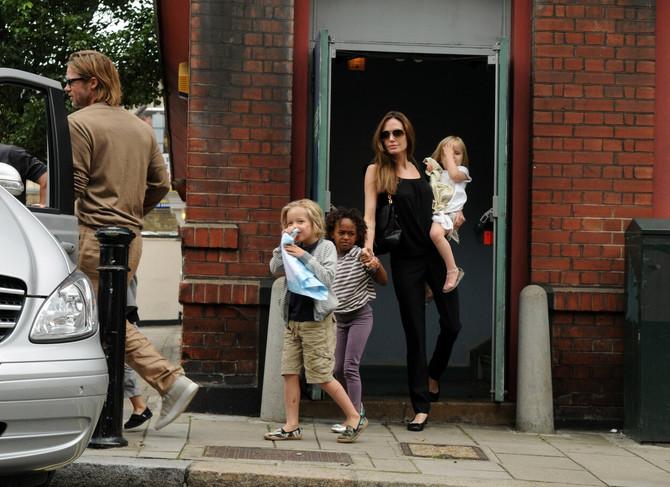Anđelina i Pit sa decom
