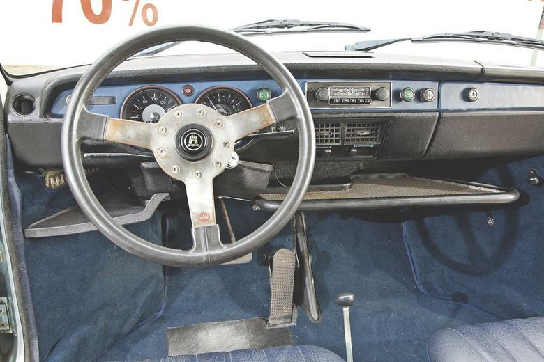 Pierwszy właściciel wyposażył swego VW 412 dodatkowo w: automatyczną skrzynię biegów, czworo drzwi, pakiet L, wtrysk paliwa D-Jetronic, radio czy grubsze dywaniki – jak na tamten czas istne szaleństwo. Zresztą nawet zamiast standardowej kierownicy w tym przypadku zastosowano sportową